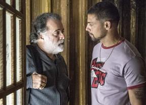 Tony Ramos em cena com Cauã Reymond na novela A Regra do Jogo (Foto: Globo/Renato Rocha Miranda)