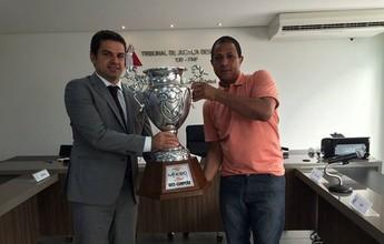 Após cinco meses, Tricordiano recebe troféu de vice-campeão do Módulo II