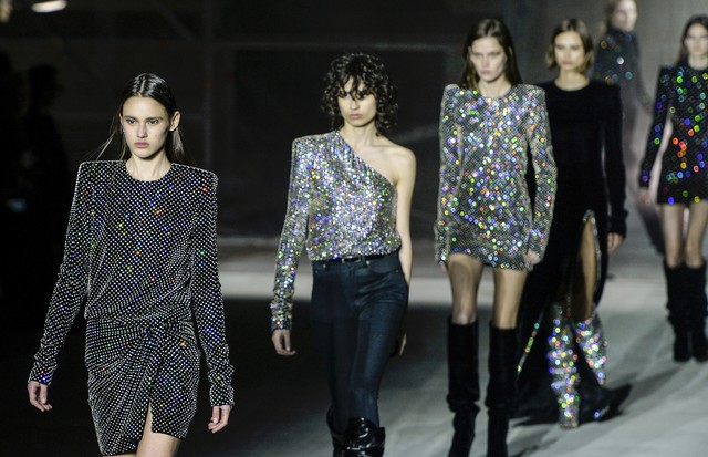 PARIS, FRANCE - FEBRUARY 28:  Models walk the runway at the Saint Laurent Autumn Winter 2017 fashion show during Paris Fashion Week on February 28, 2017 in Paris, France.  (Photo by Catwalking/Getty Images) (Foto: Getty Images)