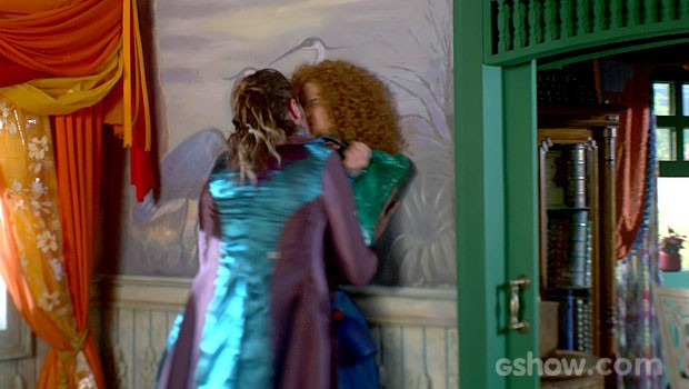 Finalmente! Ferdinando agarra Gina e dá aquele beijo! (Foto: Meu Pedacinho de Chão/TV Globo)