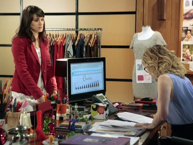 Carolina tenta bancar a santinha para cima de Juliana (Foto: Guerra dos Sexos/TV Globo)