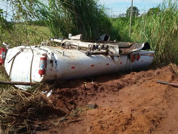Caminhão-tanque tomba às margens de rodovia (Foto: Reprodução/ TV TEM)