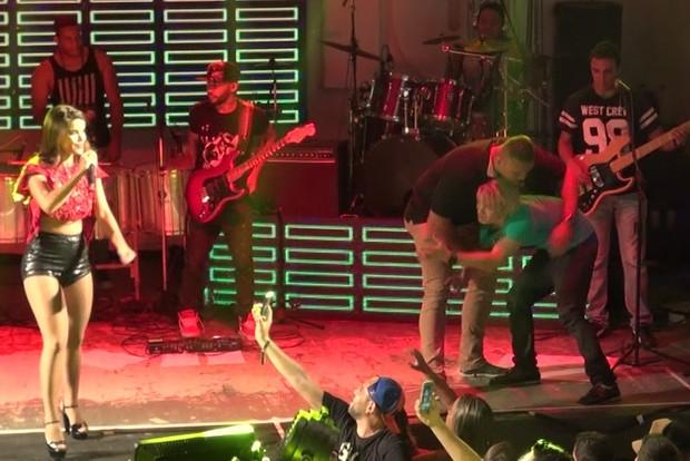 Fã invade palco durante ensaio do Babado Novo na quadra do Salgueiro (Foto: Léo Martinez/EGO)