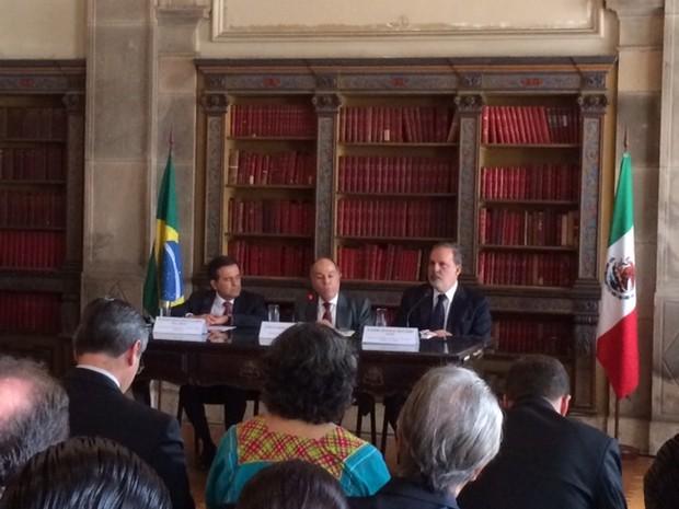 Ministro do Desenvolvimento, Indústria e Comércio, Armando Monteiro (E); ministro das Relações Exteriores, Mauro Vieira, e o secretário de Economia do México, Guajardo Real, assinaram acordo nesta segunda-feira (Foto: Alba Valéria Mendonça/G1)