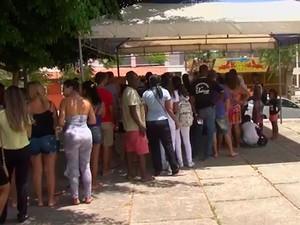 Fila para tomar vacina contra a febre amarela em Alagoinhas, na Bahia (Foto: Reprodução/ TV Subaé)