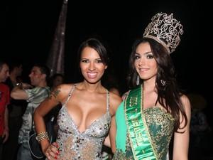A vencedora ao lado da ex-bbb Ariadna (Foto: Rodrigo Gorosito/G1)