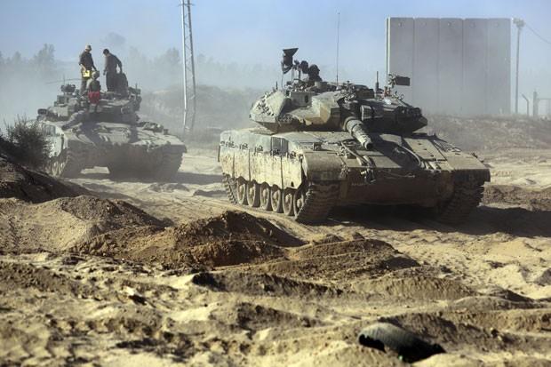Soldados israelenses são vistos sobre tanque em uma área perto da fronteira com a Faixa de Gaza nesta quinta-feira (31) (Foto: Tsafrir Abayov/AP)