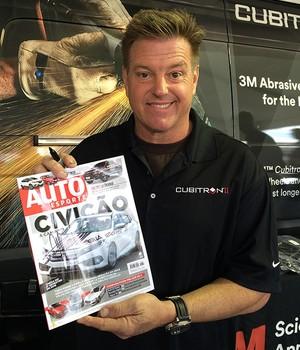 Chip Foose com a edição de novembro de Autoesporte (Foto: Michelle Ferreira/Autoesporte)