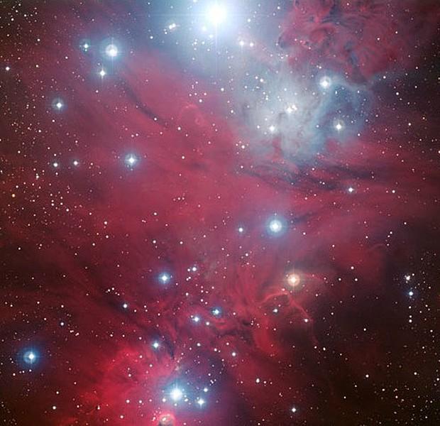 A região NGC 2264 aparece ao lado das bolhas azuis do agrupamento estelar conhecido como Árvore de Natal. A imagem foi criada com dados obtidos por meio de quatro diferentes filtros do telescópio ESO (Foto: ESO)