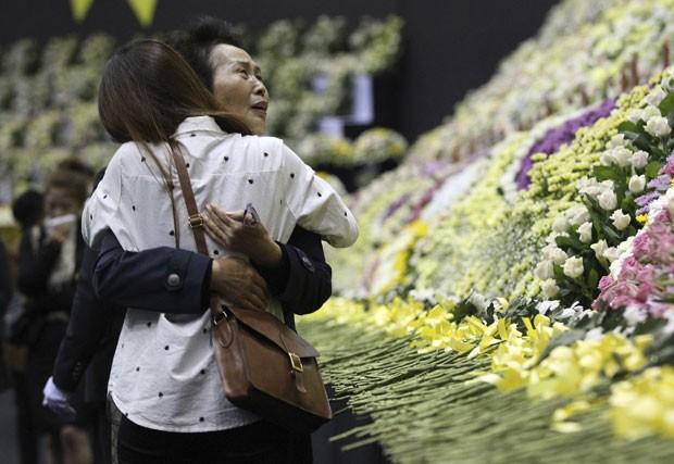 Parentes das vítimas do naufrágio da balsa Sewol choram durante homenagem em memorial na Coreia do Sul (Foto: Ahn Young-joon/AP)