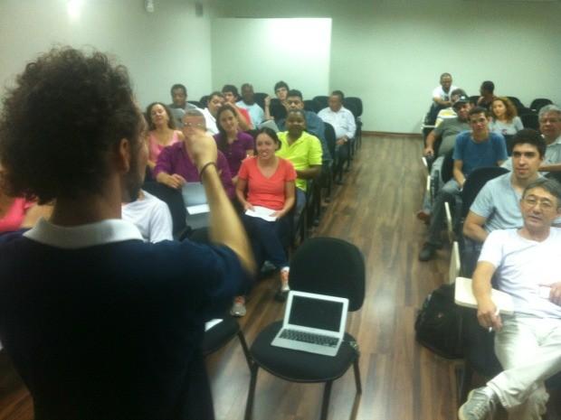 """Taxistas da Grande Cuiabá tiveram """"intensivão"""" de dois dias de inglês com professor novaiorquino na UFMT. Idéia é lidar com turistas na Copa. (Foto: Renê Dióz / G1)"""