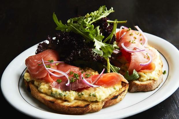 Tartine de salmão defumado com ovos mexidos do Astor (Foto: Divulgação)