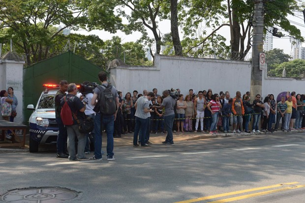 Cemitério ficou lotado de populares que foram prestar a última homenagem ao ator (Foto: Francisco Cepeda/AgNews)