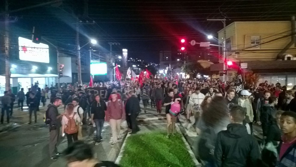 Em Florianópolis, manifestantes ocuparam todos as pistas da Avenida Mauro Ramos (Foto: Mateus Boaventura/CBN Diário)