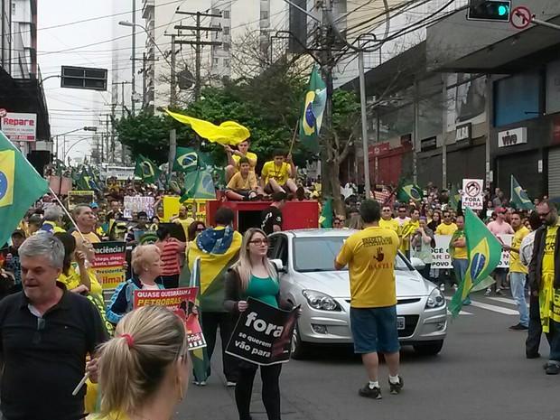 Milhares de manifestantes pedem a saída de Dilma Rousseff em Caxias do Sul, na Serrra do RS (Foto: Guilherme Fadanelli/ RBS TV )