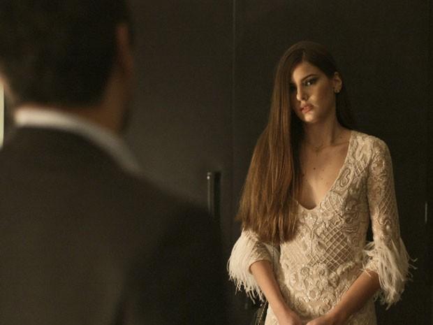 """Assustada, Angel recua. """"Eu nunca fiz isso. Me deixa ir embora"""" (Foto: TV Globo)"""