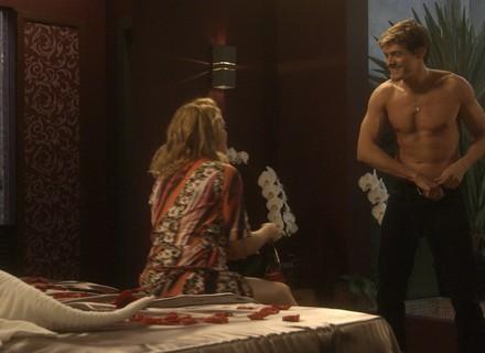 Antonio dança como frentista e realiza fantasia de Ruty Raquel