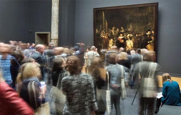 Ronda Noturna, de Rembrandt, permenece na sala onde sempre esteve (Foto: Michael Kooren/Reuters)