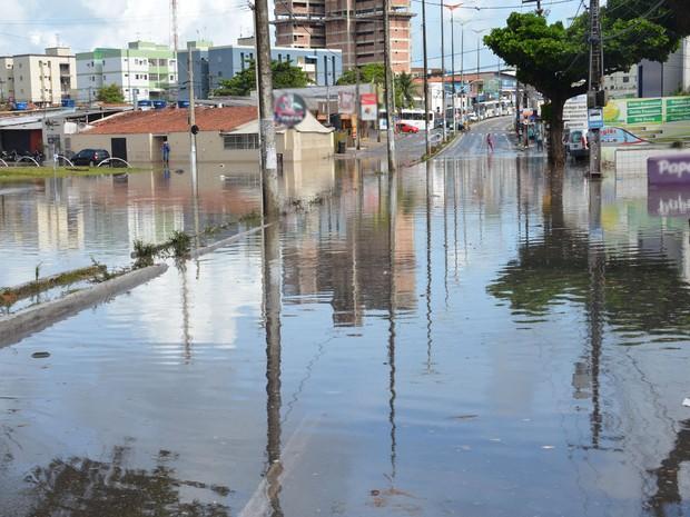 Em alguns trechos da principal dos Bancários, em João Pessoa, a avenida ficou alagada nas duas vias de trânsito (Foto: Walter Paparazzo/G1-PB)