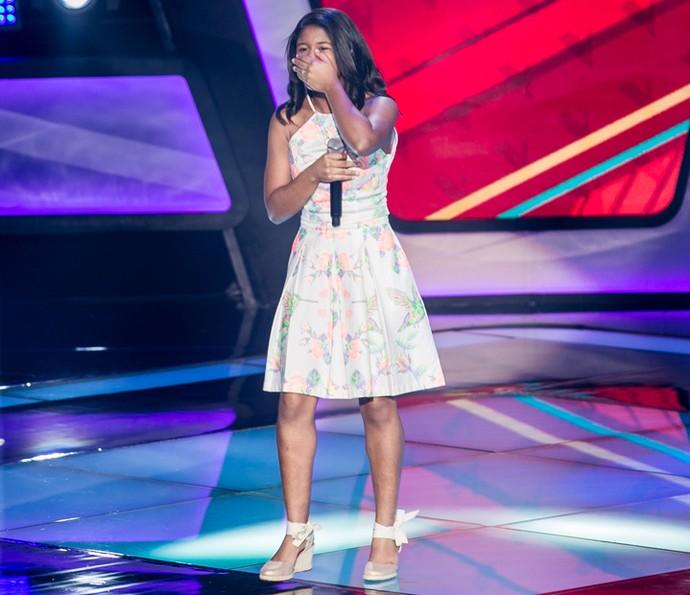 Julie de Assis não segura o choro no palco do The Voice Kids (Foto: Isabella Pinheiro/Gshow)
