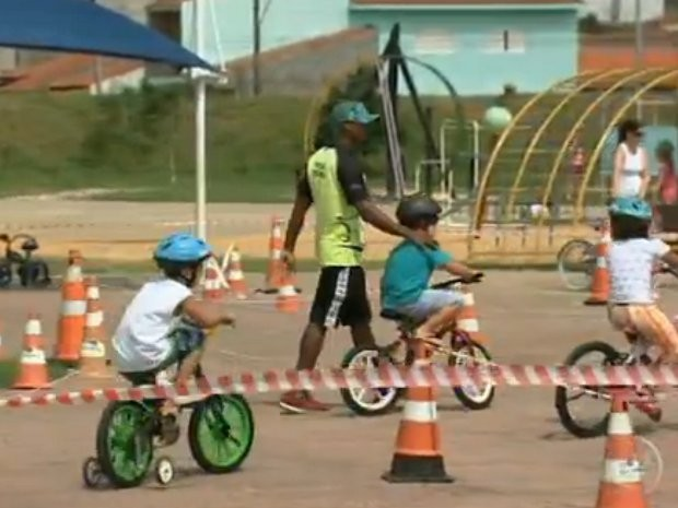 Escola ensina desde crianças até idosos. (Foto: Reprodução/ TV TEM)