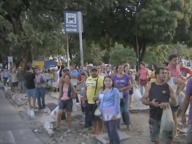 Parada de ônibus ficaram lotadas com a redução da circulação de ônibus (Foto: TV Verdes Mares/Reprodução)