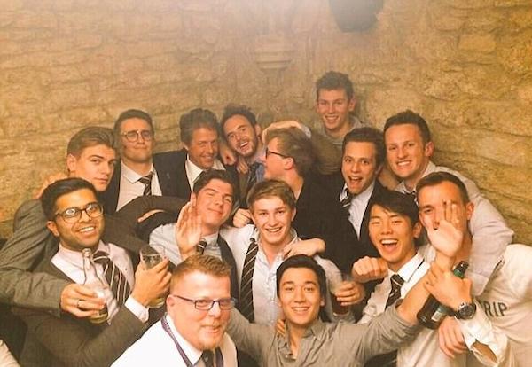 O ator Hugh Grant em um pub junto com os jogadores de rugby da Universidade de Oxford (Foto: Twitter)
