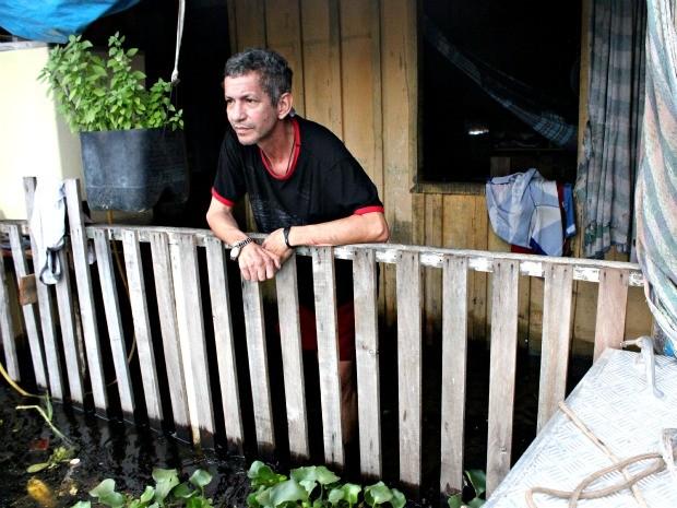 O técnico em eletrônica Pedro Martins conta que sua casa está a seis metros do chão (Foto: Marcos Dantas / G1 AM)