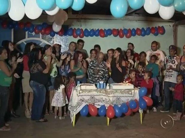 Família fez festa de aniversário para Massao (Foto: Reprodução / TV TEM)