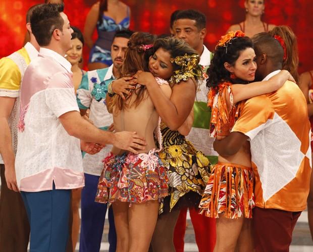 Depois do resultado, o elenco deu apoio à Gaby Amarantos (Foto: Domingão do Faustão / TV Globo)