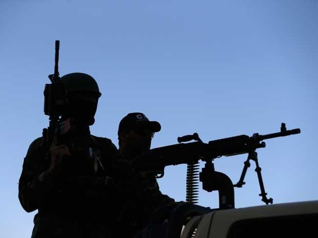 Militares guardam local onde um suicida matou 3 soldados em Cabul. (Foto: Mohammad Ismail / Reuters)