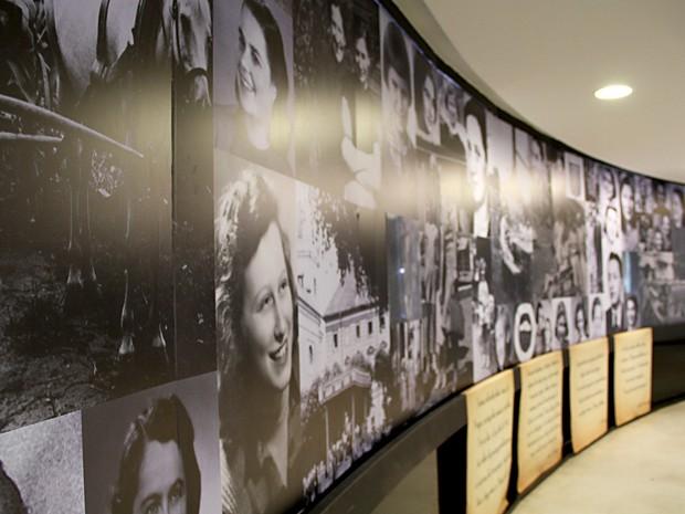 Parede com fotos das meninas do quarto 28, em Theresienstadt, e de familiares (Foto: Vianey Bentes/TV Globo)