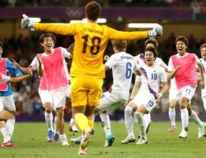jogadores da Coreia do Sul comemoram vitória sobre a Grã-Bretanha futebol (Foto: Agência Reuters)