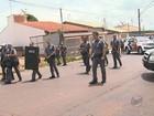 PM usa bombas para conter multidão após homem ser baleado por policiais