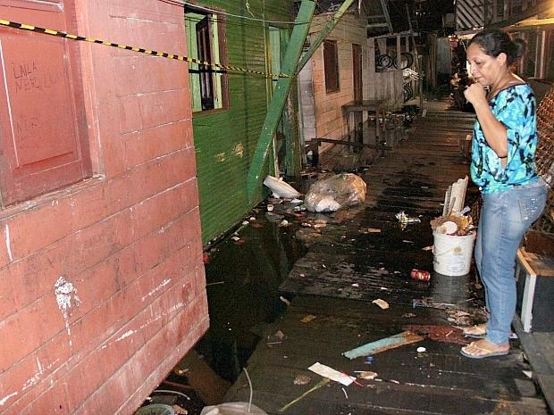 Com cheia, lixo jogado por moradores fica próximo às casas (Foto: Marcos Dantas/G1 AM)