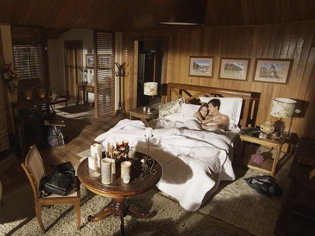 Laura e Caíque acordam depois da primeira noite juntos (Foto: TV Globo)