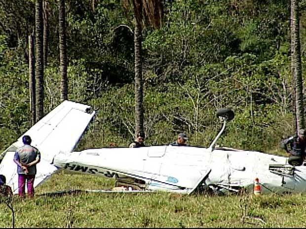 Avião caiu em fazenda há 30 quilômetros de Prata (Foto: Reprodução/TV Integração)