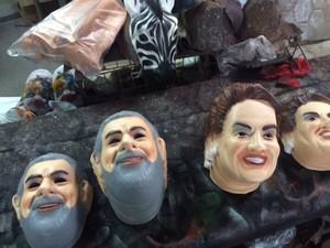 Máscaras de Lula e Dilma já são pedidos comuns na fábrica (Foto: Guilherme Brito/ G1)