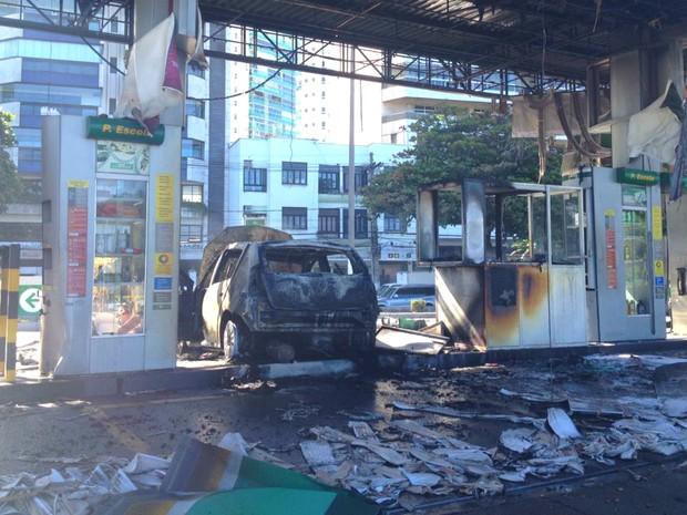 Carro pega fogo após bater em posto de gasolina (Foto: Rafael Monteiro de Barros/ CBN Vitória)