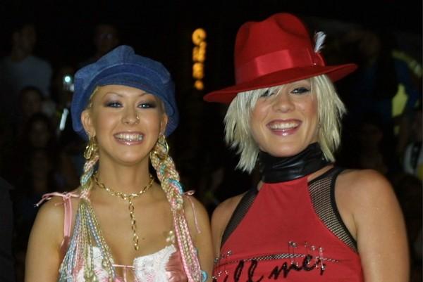 As cantoras Pink e Christina Aguilera em foto de 2001 (Foto: Getty Images)