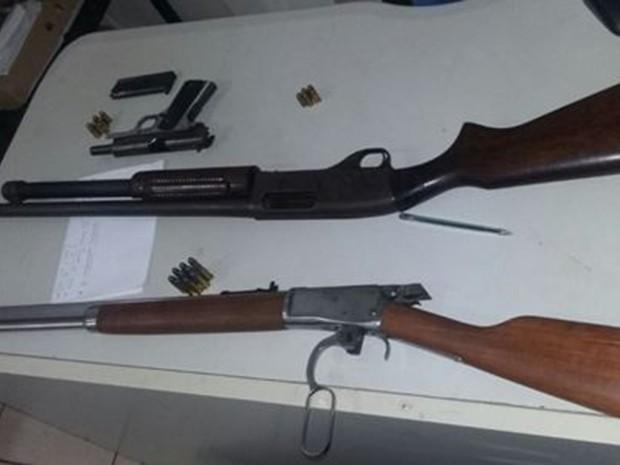 Com os homens foram encontrados vários tipos de armas, além de munições (Foto: Divulgação/SSP-TO)