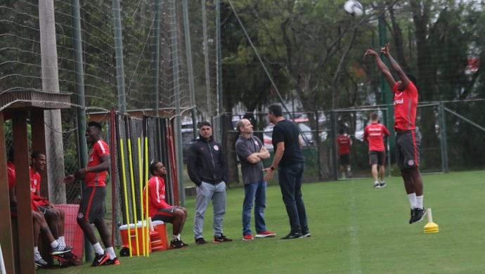 Vitinho joga basquete em treino do Inter (Foto: Tomás Hammes / GloboEsporte.com)