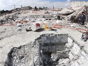 28/8 - Equipes do Corpo de Bombeiros continuam o resgate das vítimas do desabamento de um prédio em construção na Avenida Mateo Bei em São Mateus (Foto: Wesley Rodrigo/Futura Press/Estadão Conteúdo)