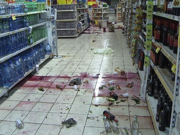 Saqueadores roubam supermercado e quebram produtos (Foto: Imagens/TV Bahia)