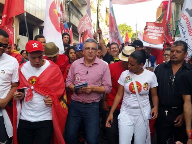 Alexandre Padilha, candidato ao governo do estado de São Paulo, durante caminhada com juventude em Heliopolis, na capital paulista (Foto: Tatiana Santiago/G1)