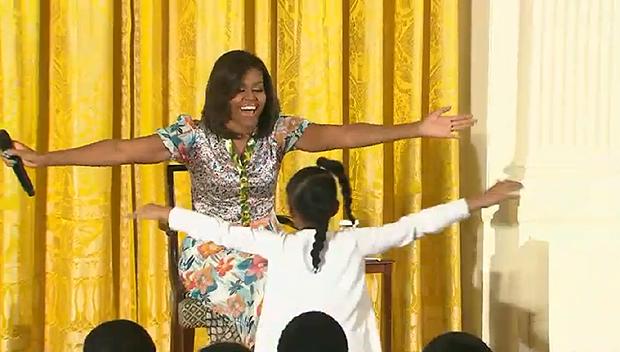 O elogio rendeu um abraço da primeira-dama, Michelle Obama (Foto: Reprodução/YouTube)