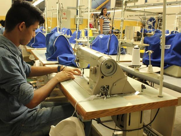 Aluno aprende a costurar durante o curso em vestuário (Foto: Ivanete Damasceno/G1)