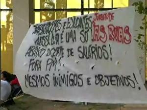 Funcionários da USP fecham entrada de reitoria após corte no pagamento (Foto: Reprodução/GloboNews)