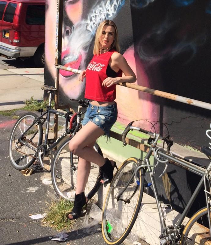 Fernanda Keulla abusa da sensualidade com shortinho curtinho e barriga à mostra (Foto: Divulgação)