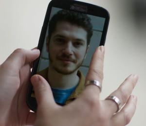 No celular de Júlia, a foto de Alex (Foto: TV Globo)